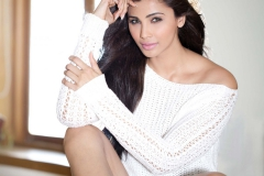 Dream-Debut-Daisy-Shah-you-and-magazine-white