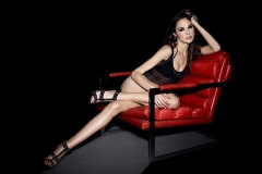 gal-gadot-red-chair_95969-1920x1200