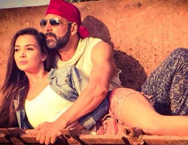 Watch video: Akshay kumar's freak accident on sets of 'Singh Is Bliing'