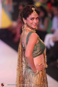 aditi-rao-hydari-walks-the-ramp-for-dipti-amisha-at-iijw-2013-stills08